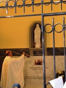 01.11.13-Padre-Raffaele-benedice-la-Lapide